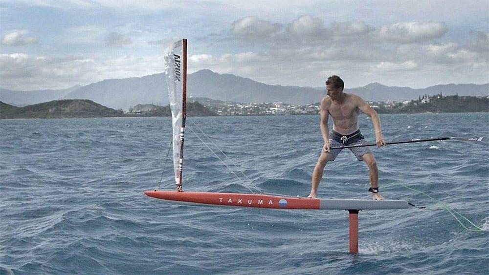 Cyril Coste sur un stand up paddle foil  avec une voile !