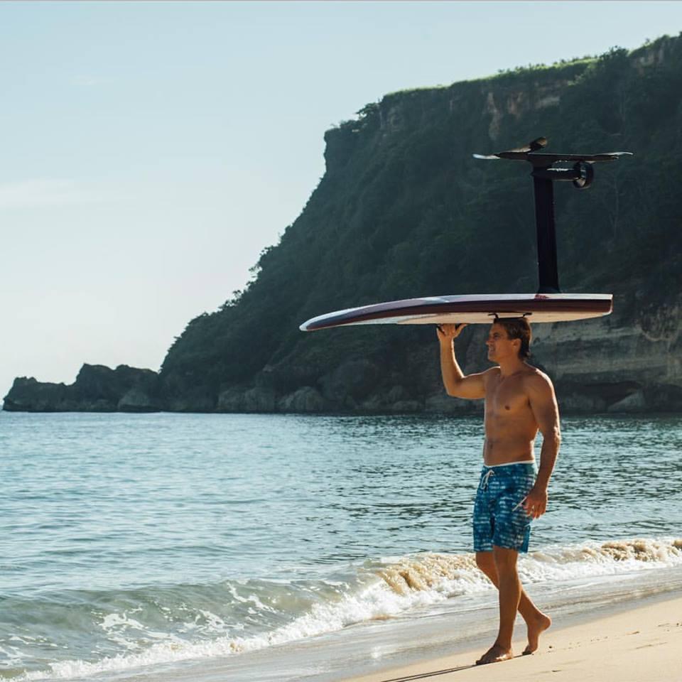 LiftFoil propose un surf foil électrique, le Lift eFoil