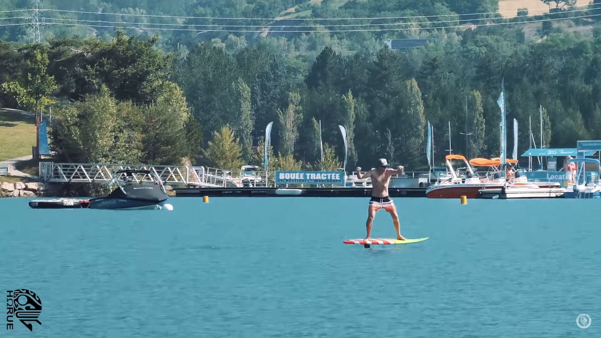 Vidéo Foil surfing on flat water and hydrofoil pumping par Horue