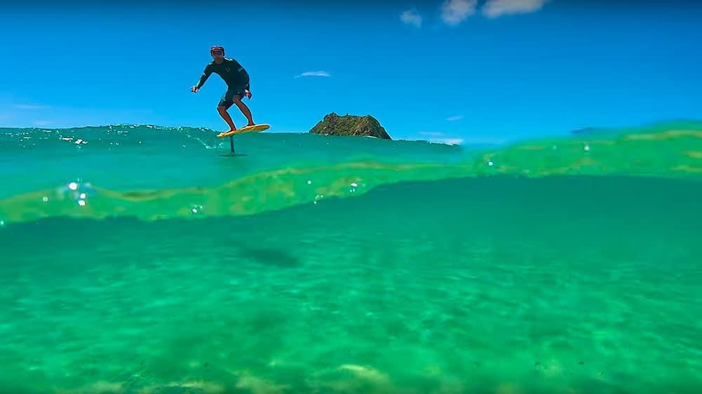 Remi Quique surf foiling à Fernando de Noronha au Brésil
