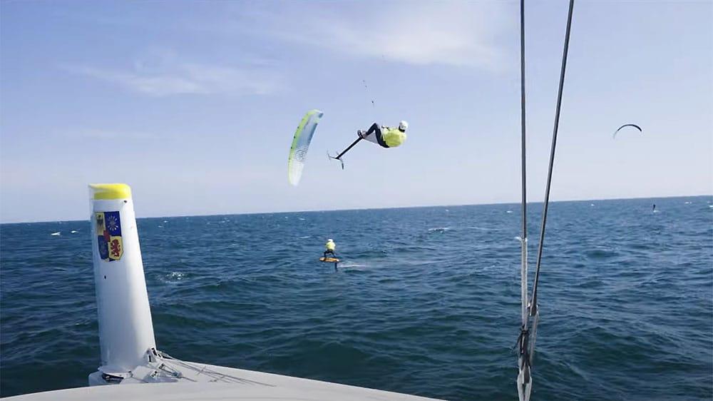 Le trimaran volant Gitana 17 et des kitefoils !